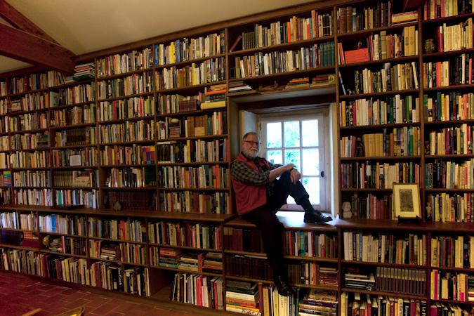 El escritor Alberto Manguel donó su biblioteca de 40.000 ejemplares a la ciudad de Lisboa